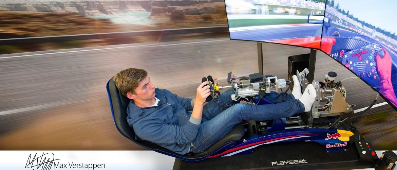 Max verstappen op de Playseat RBR F1